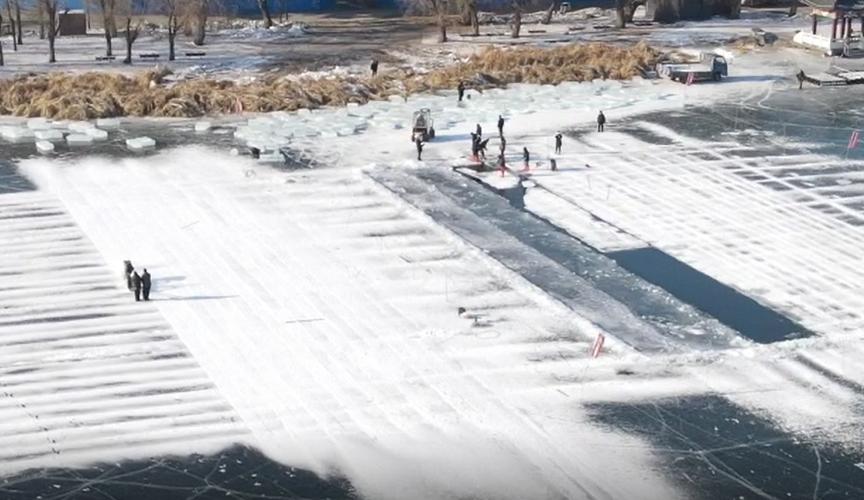 油鋸轟鳴 實拍長春南湖公園取冰現場